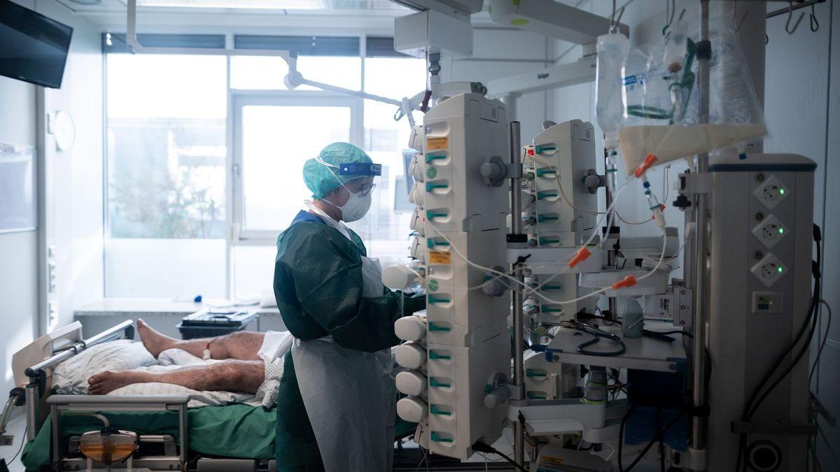 Eine Pflege-Mitarbeiterin in Schutzausrüstung betreut auf einer Intensivstation einen Corona-Patienten (Archivbild).