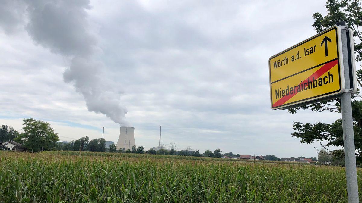 Das Ortsschild von Niederaichbach in Nähe des Atomkraftewerks