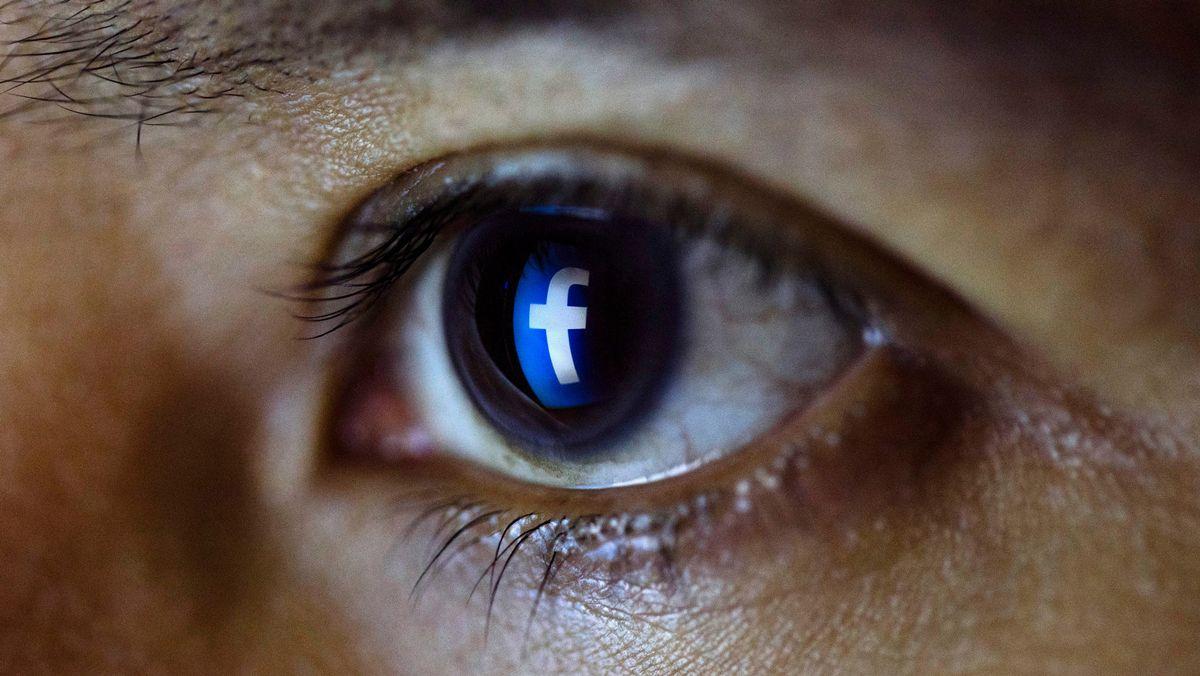 Auge mit Facebook-Logo