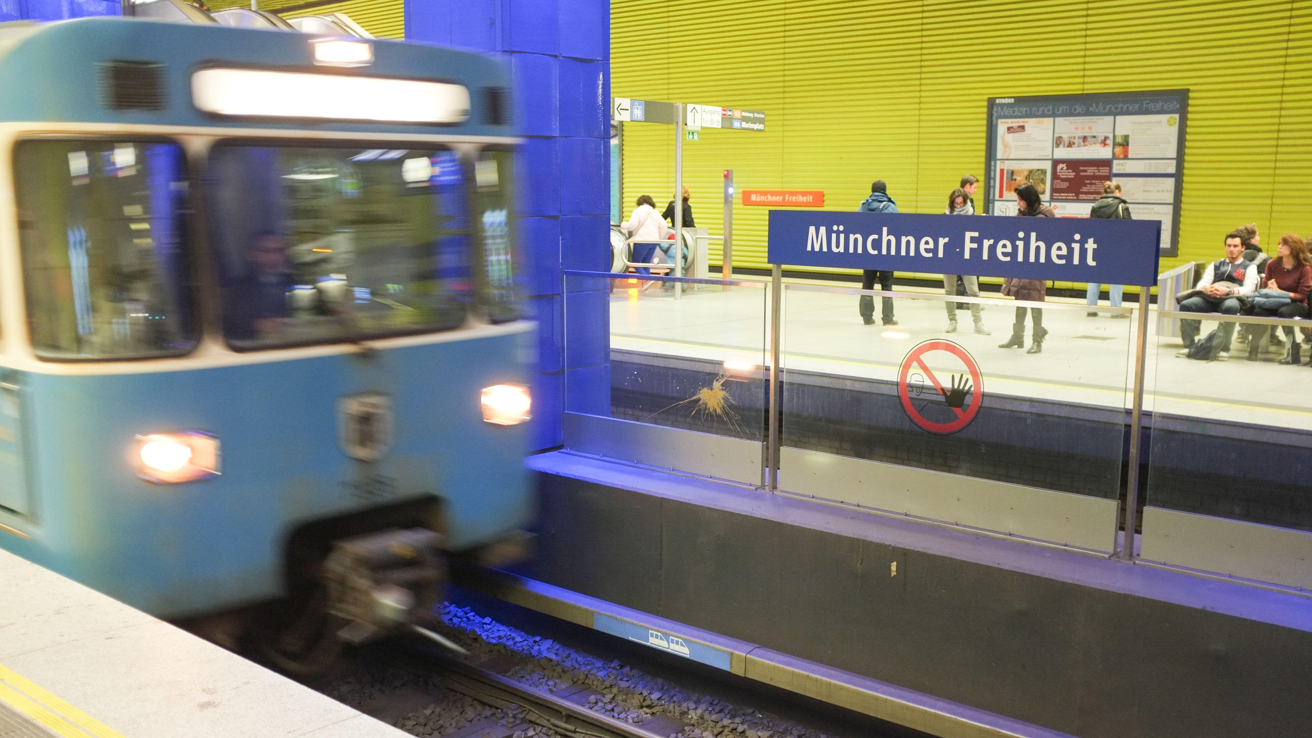 Eine U-Bahn fährt am Bahnhof Münchner Freiheit ein