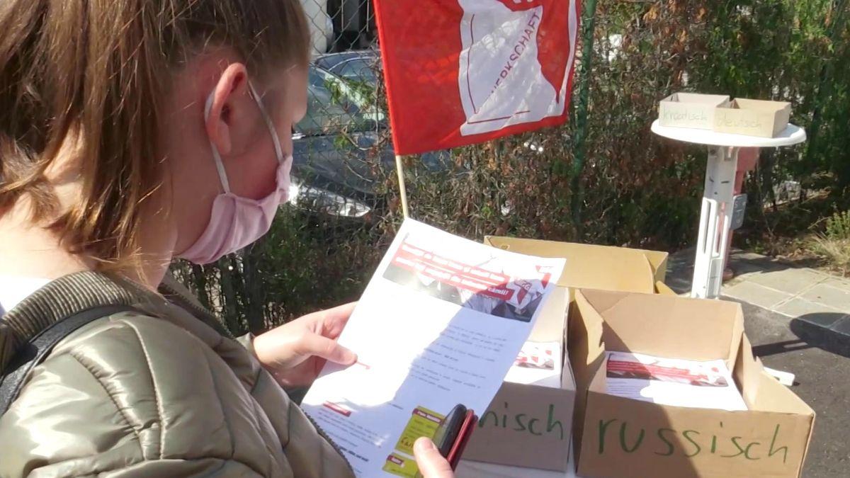 Die Gewerkschaft NGG verteilt Flyer vor dem Werkstor des Fleischproduzenten Wolf