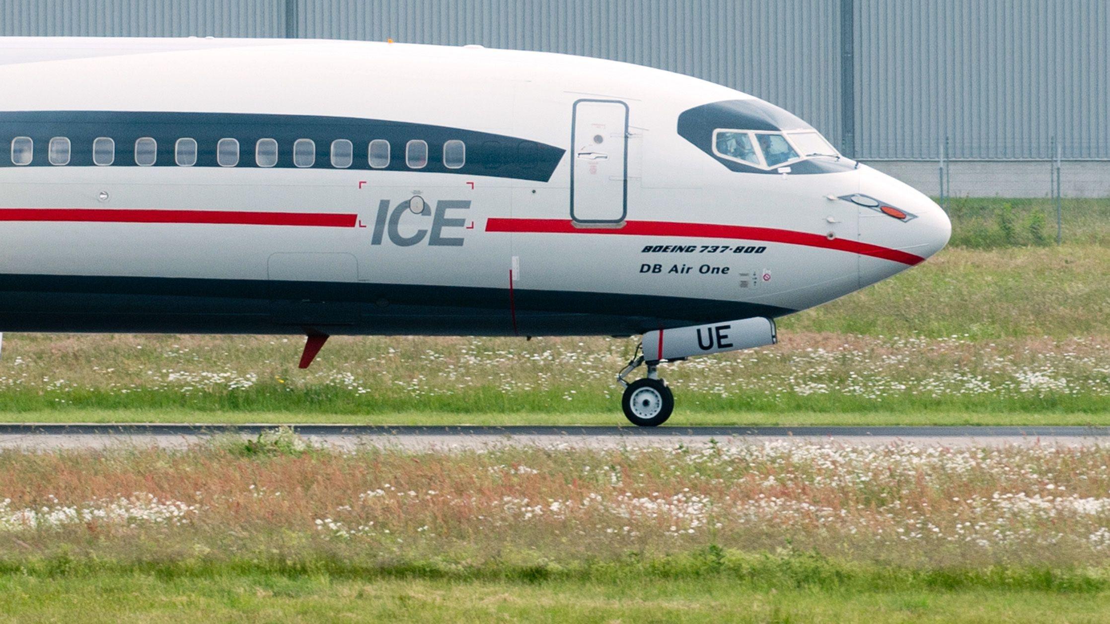 """Ein Flugzeug """"DB Air One"""" mit Lackierung im Aussehen eines ICE Zuges der Deutschen Bahn startet am 12.06.2013 am Flughafen Hannover in Langenhagen (Niedersachsen). Die Boeing 737-800 fliegt für die Fluggesellschaft TUI fly und wirbt für das Angebot """"Im Zug zum Flug"""" der Deutschen Bahn."""
