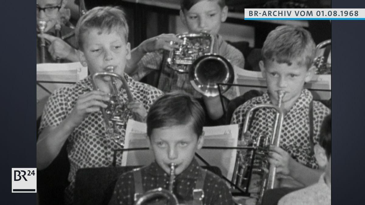 Jungen beim Musizieren