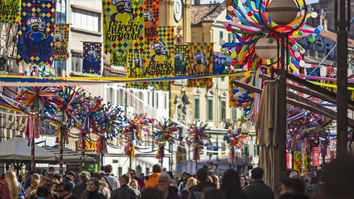 Belebte Straße in Rijeka, geschmückt mit bunten Girlanden