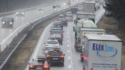 Autos stehen bei Prien am Chiemsee auf der A8 im Stau    Bild:dpa/pa