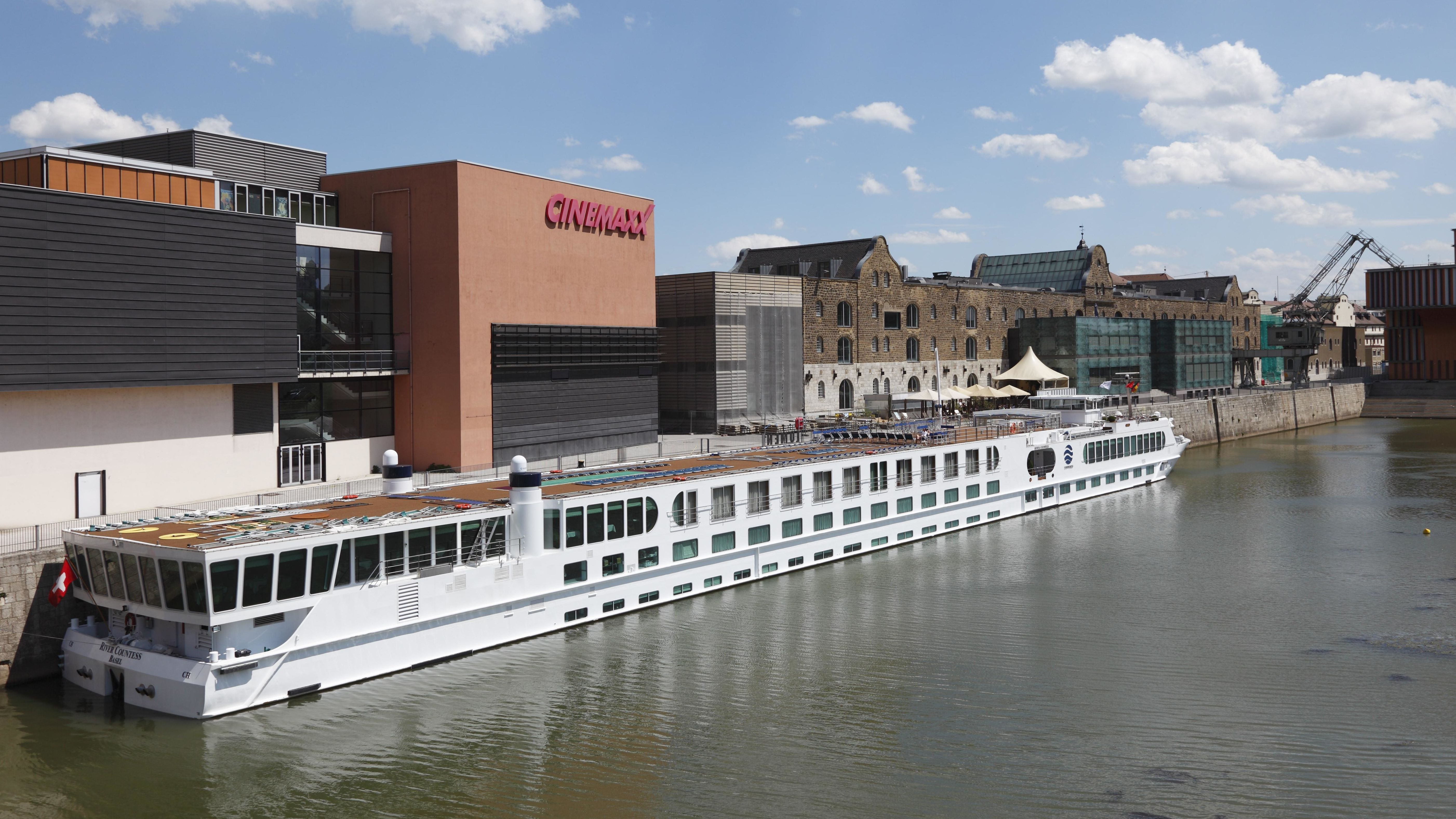 Ein Flusskreuzfahrtschiff am Alten Hafen in Würzburg