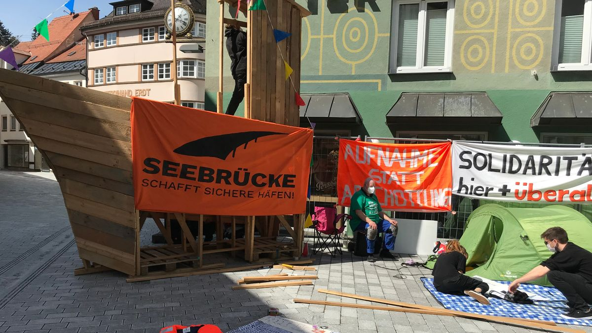 Der Protest in der Kaufbeurer Innenstadt richtet sich gegen die EU-Flüchtlingspolitik an den europäischen Außengrenzen.