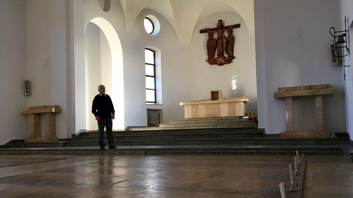 Bruder Andreas in der leeren Klosterkirche - sie wird ein Veranstaltungssaal.