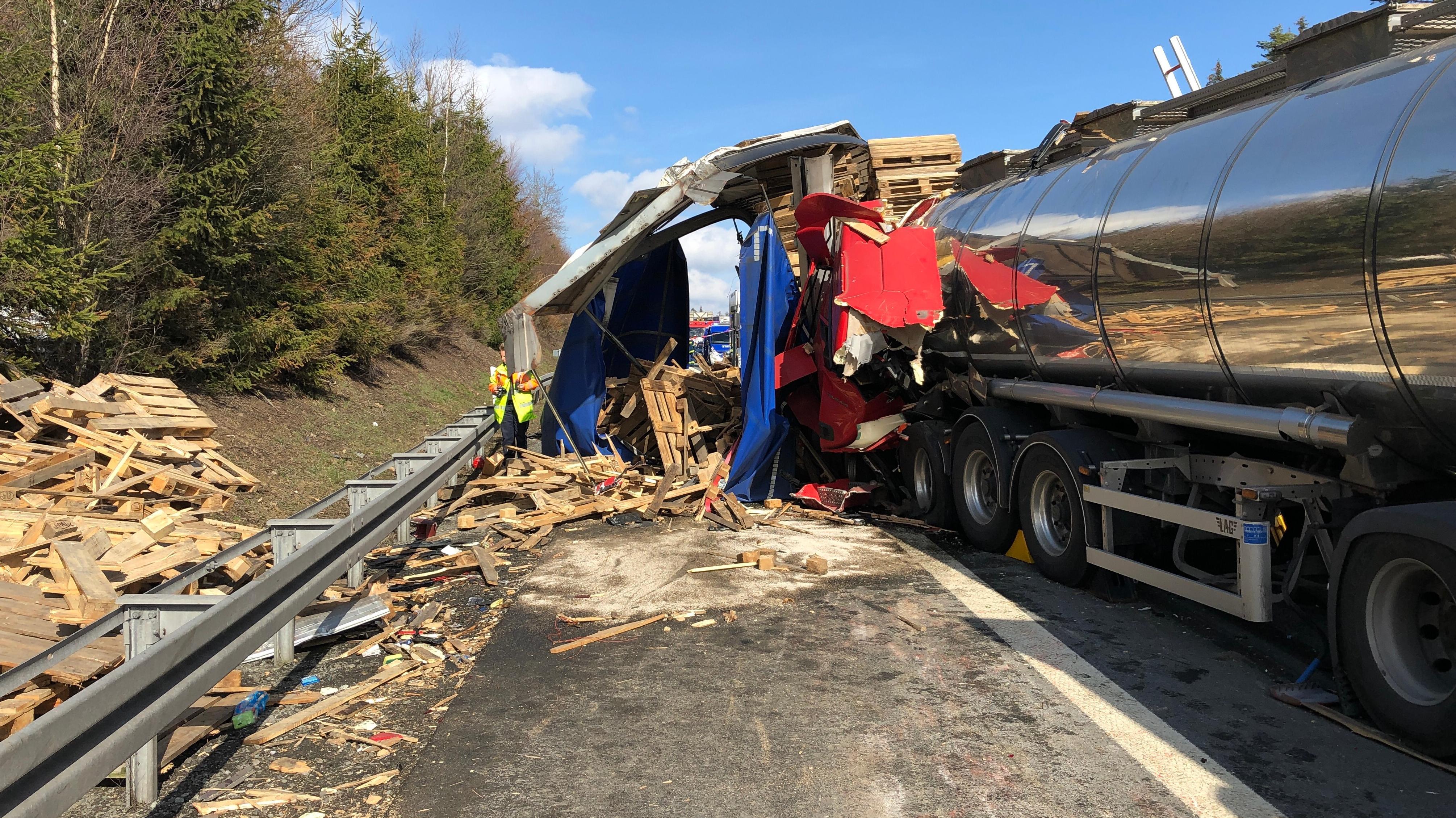 Verunfallter Lkw am Seitenstreifen.