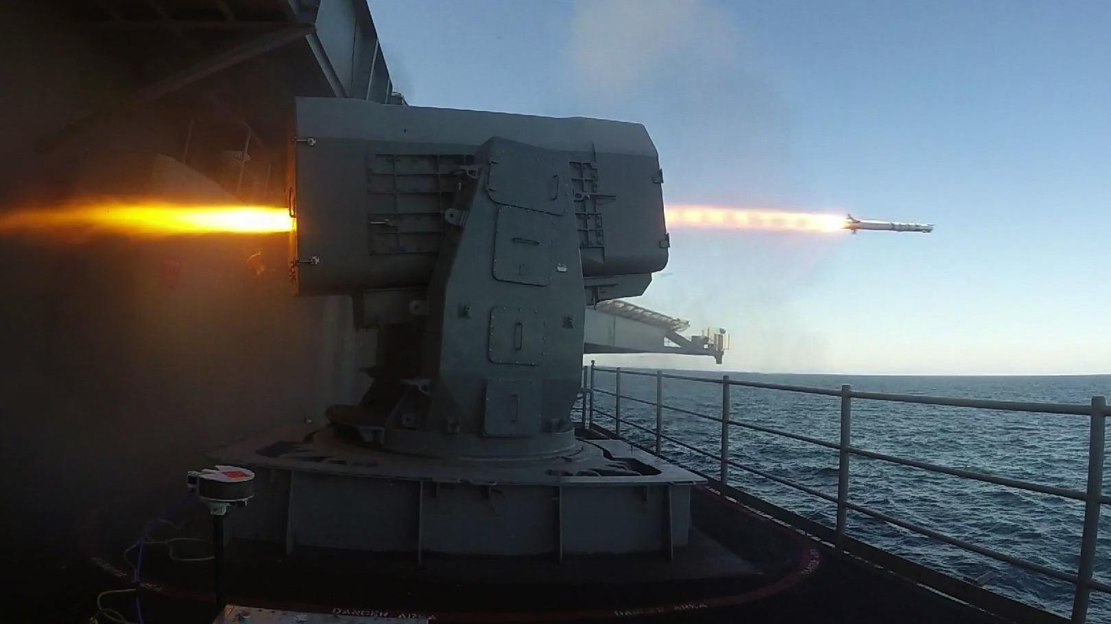 Das Waffensystem Rolling Airframe Missile wird abgefeuert