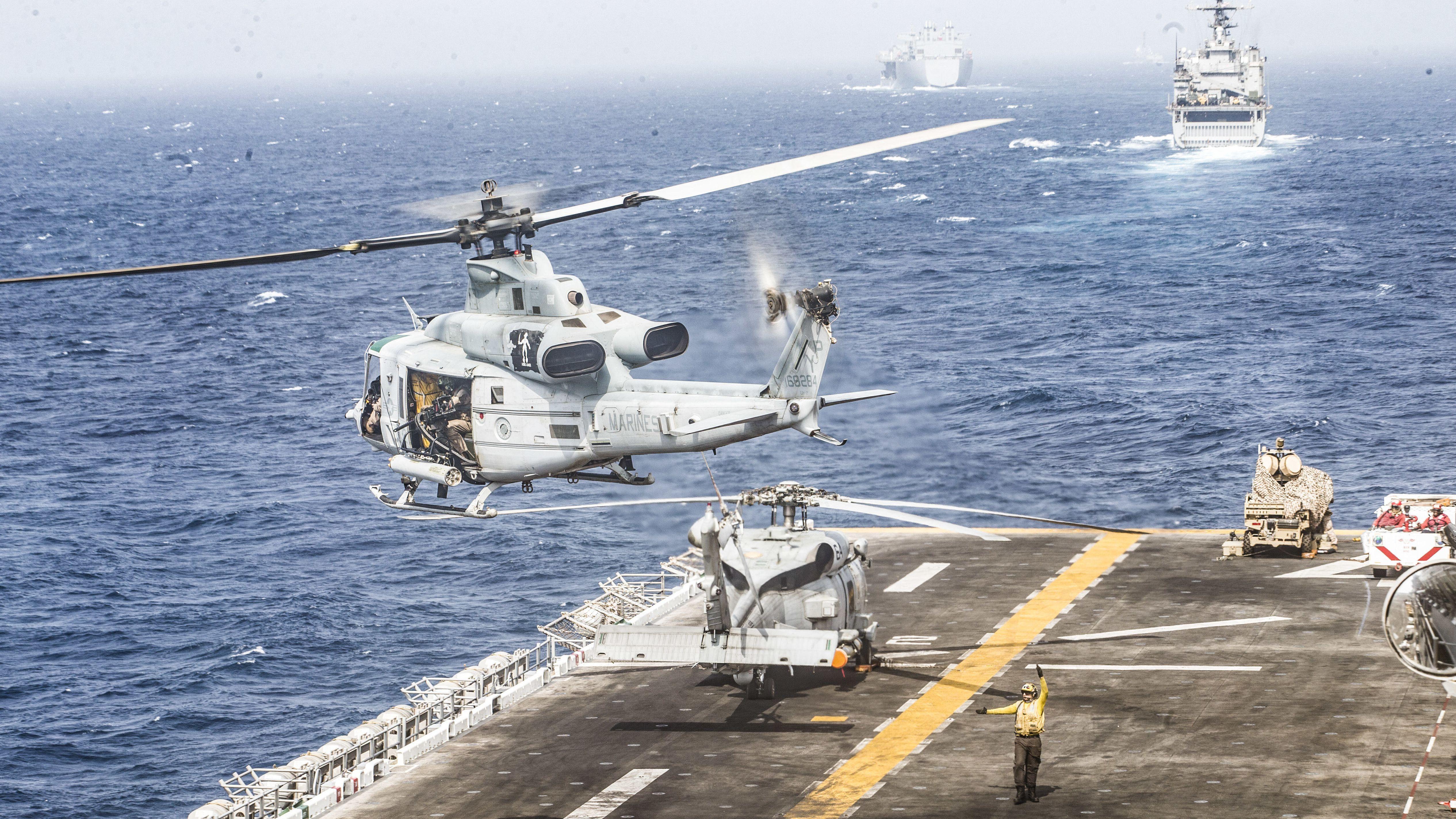 Militärschiffe in der Straße von Hormus