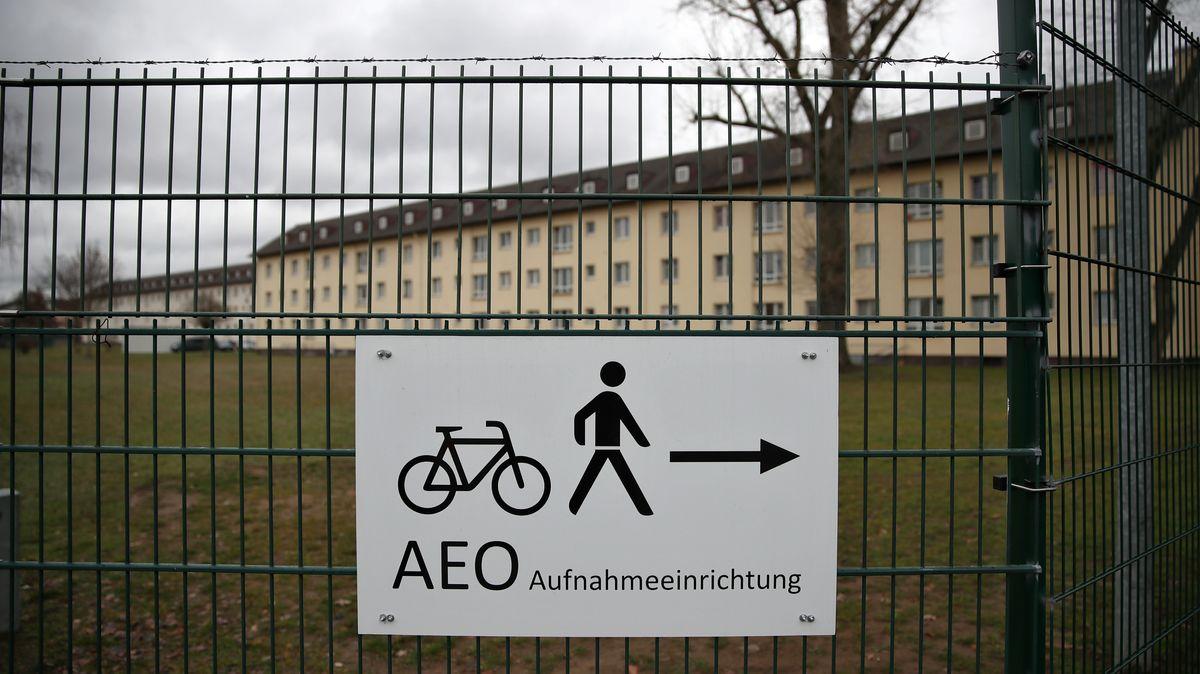 Ein Schild weist den Weg zum Eingangsbereich für Fußgänger und Radfahrer für das Gelände des Ankerzentrums für Flüchtlinge in Bamberg.
