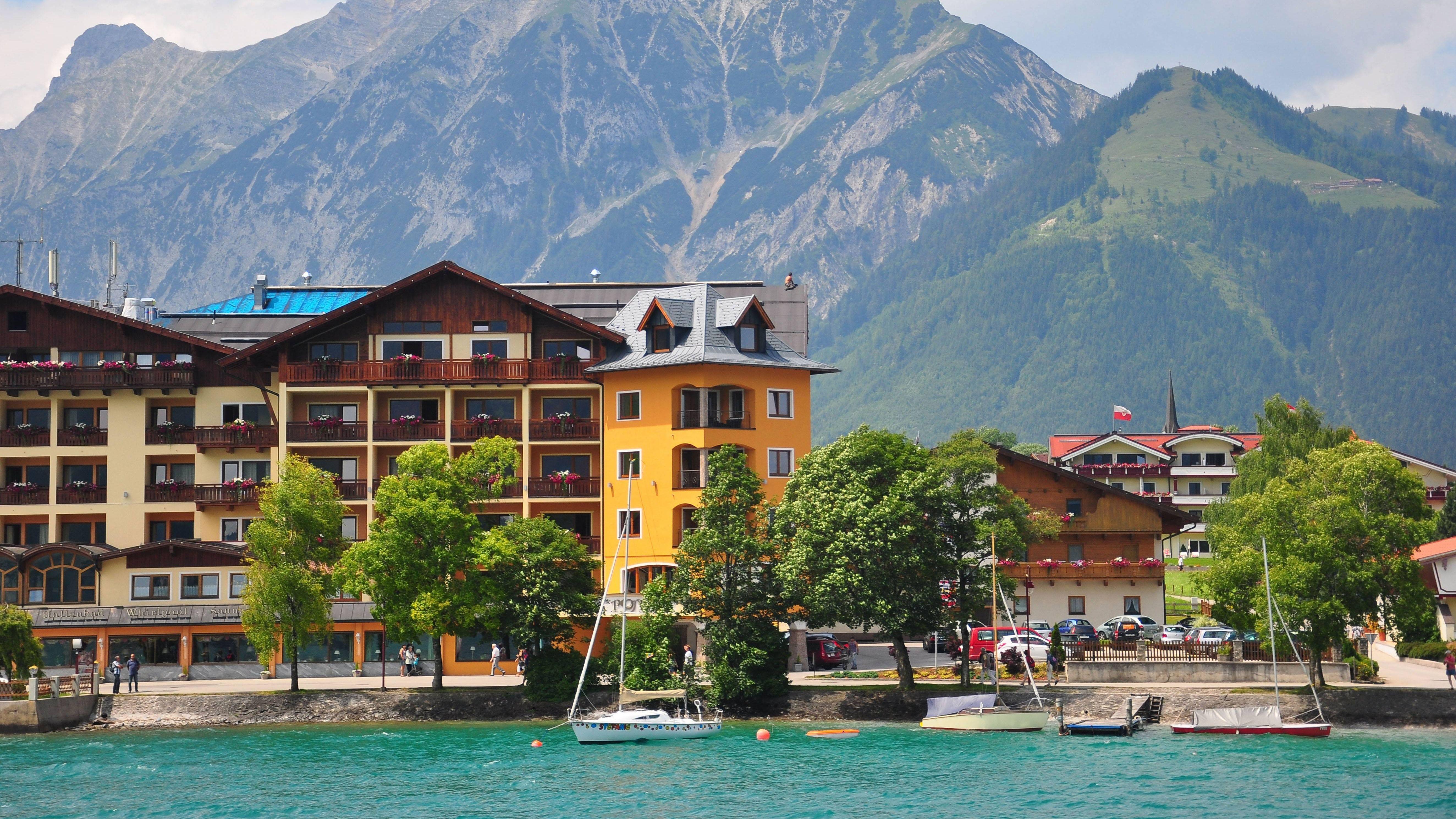 Seeufer des Achensees mit Hotels
