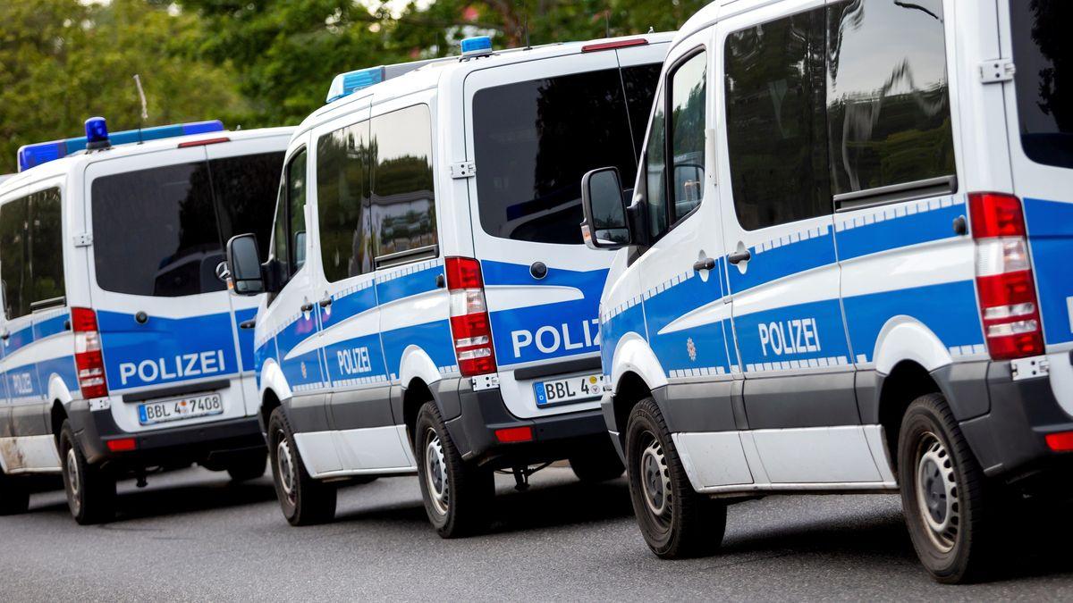 Mehrere Polizeiautos stehen hintereinander