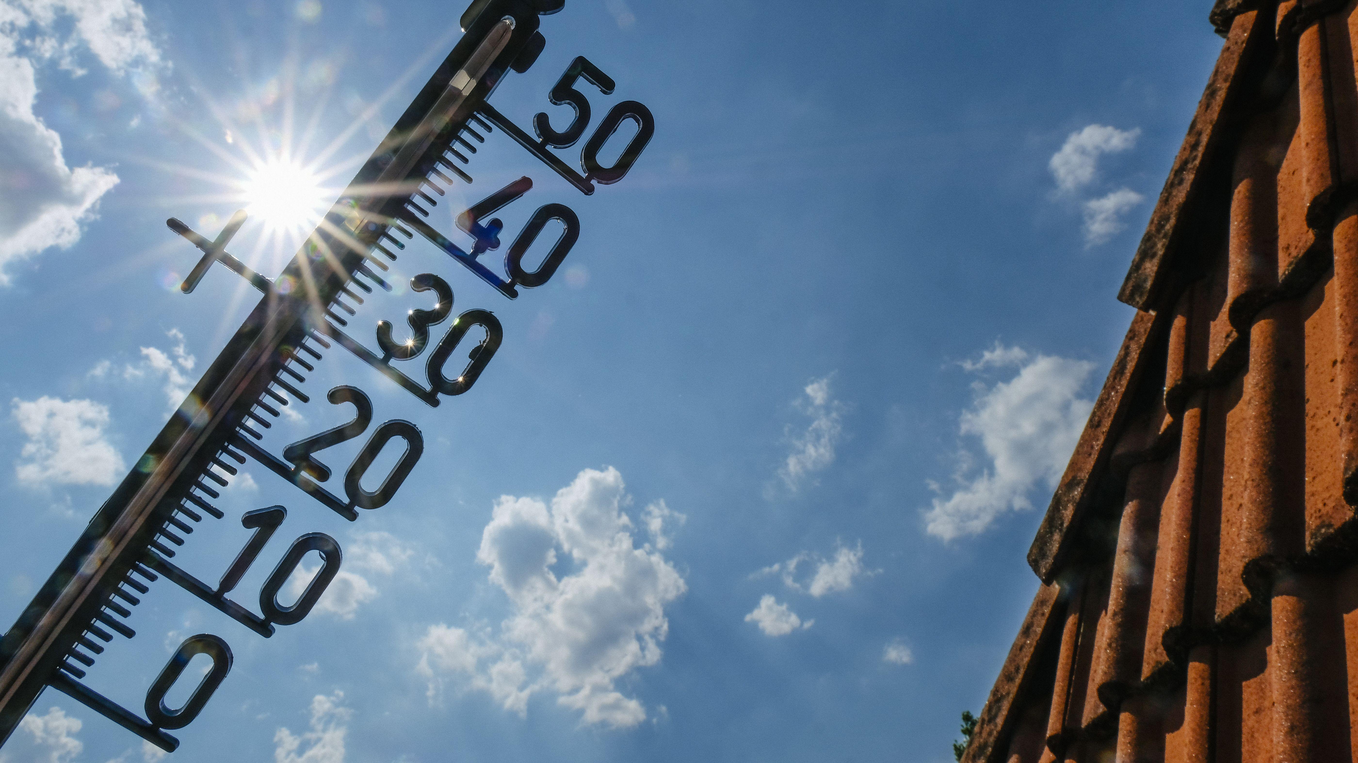 Ein Thermometer vor der strahlenden Sonne.