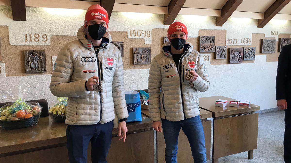 Bild von Wintersportlern mit Medaille
