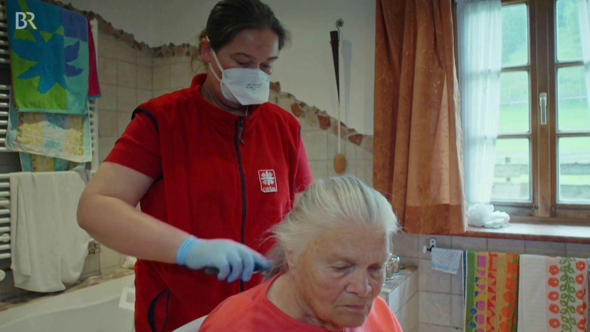 Pflegefachkraft Barbara Gruber bei der Arbeit