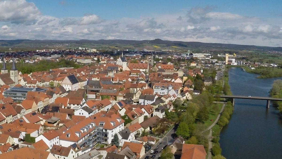 Luftbild der Kleinstadt Haßfurt, die am Main liegt.