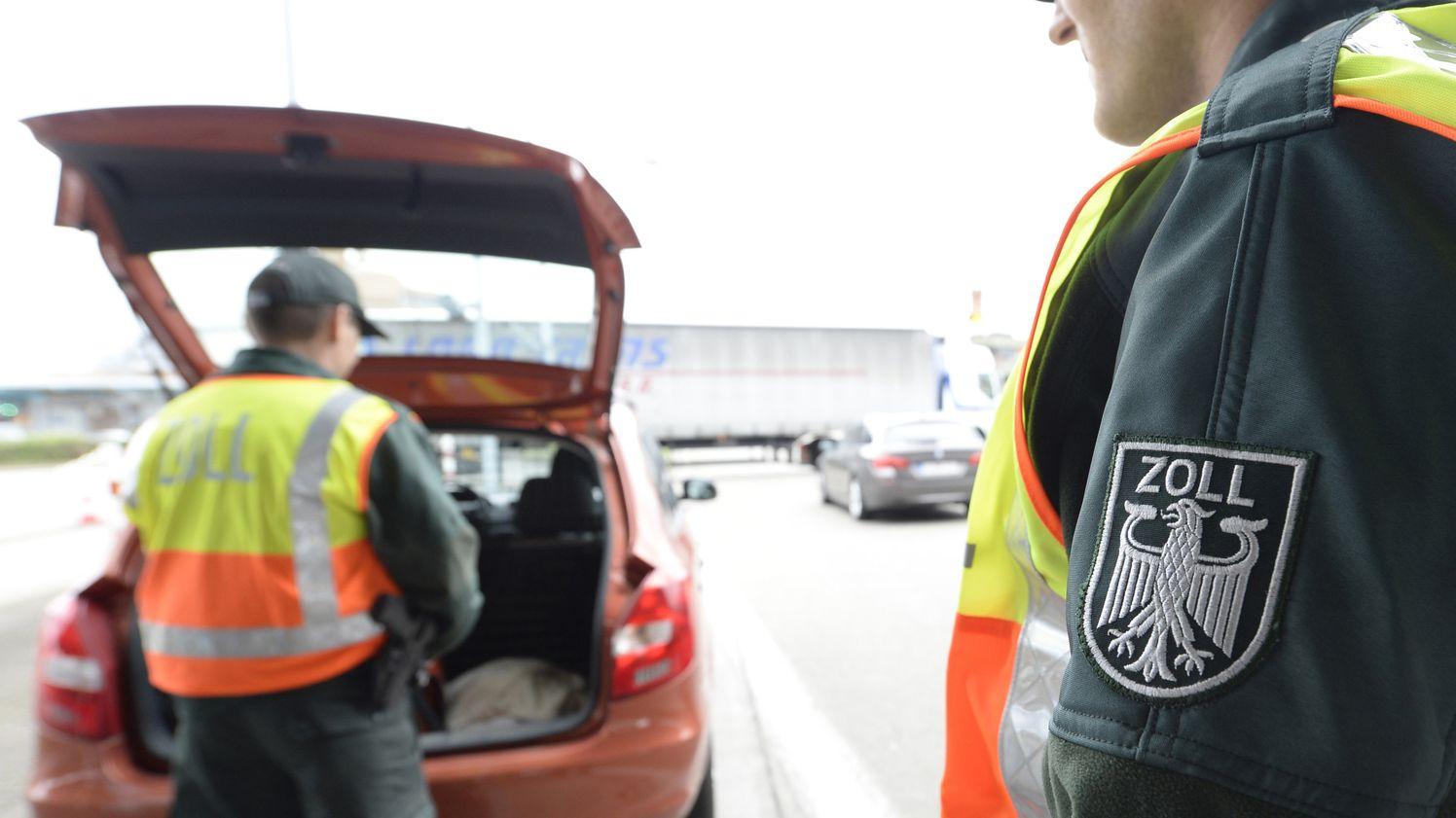 Zollkontrolle auf der Autobahn an der Schweizer Grenze