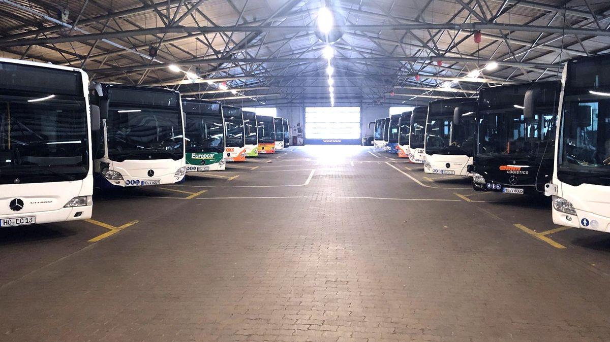 Blick in eine Halle, in der die Busse der Stadtwerke Hof abgestellt sind.