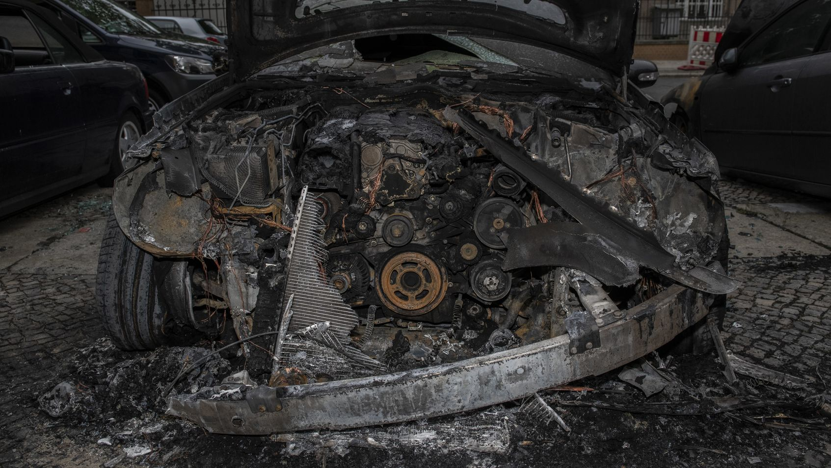 15.07.2019, Berlin: Ein Ausgebranntes Auto steht an der Guerickestraße im Berliner Stadtteil Charlottenburg.