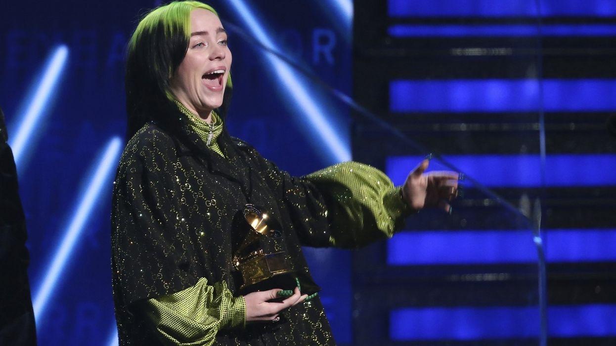 """Billie Eilish bekommt in Los Angeles für ihren Song """"Bad Guy"""" den Grammy für die """"Aufnahme des Jahres""""."""
