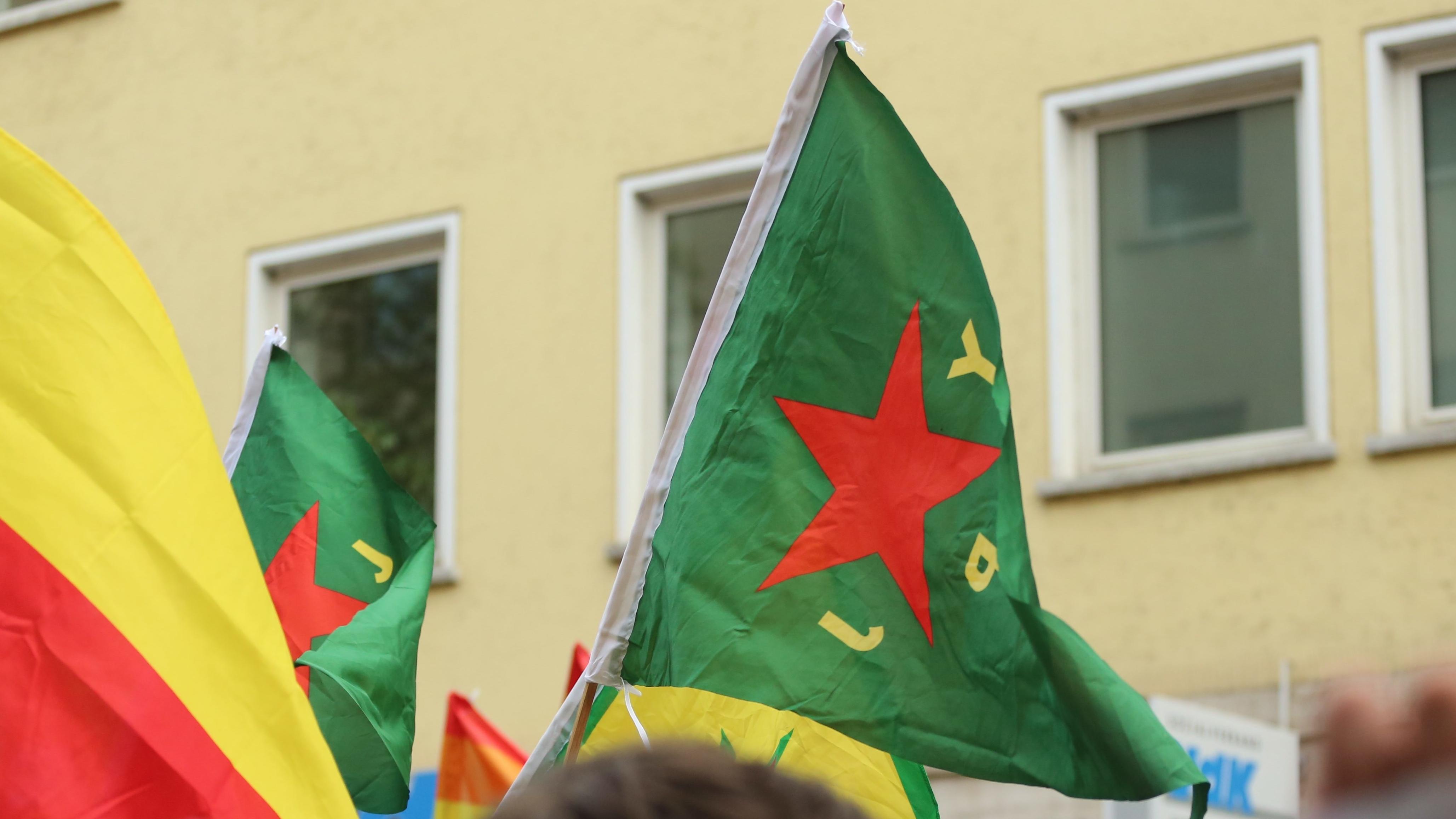 YPJ-Fahnen bei einer Demonstration (Symbolbild)
