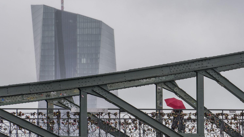 EZB-Turm in Frankfurt im Regenwetter