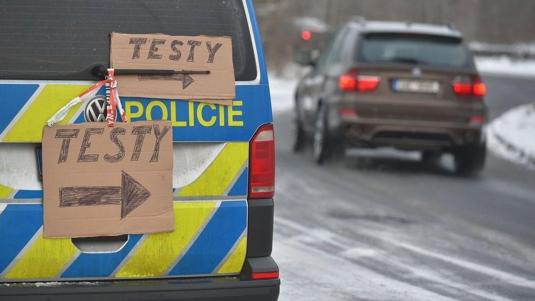 """Ein Polizeifahrzeug, an dem handgeschriebene Schilder mit dem Wort """"Testy"""" befestigt sind, steht am Straßenrand"""
