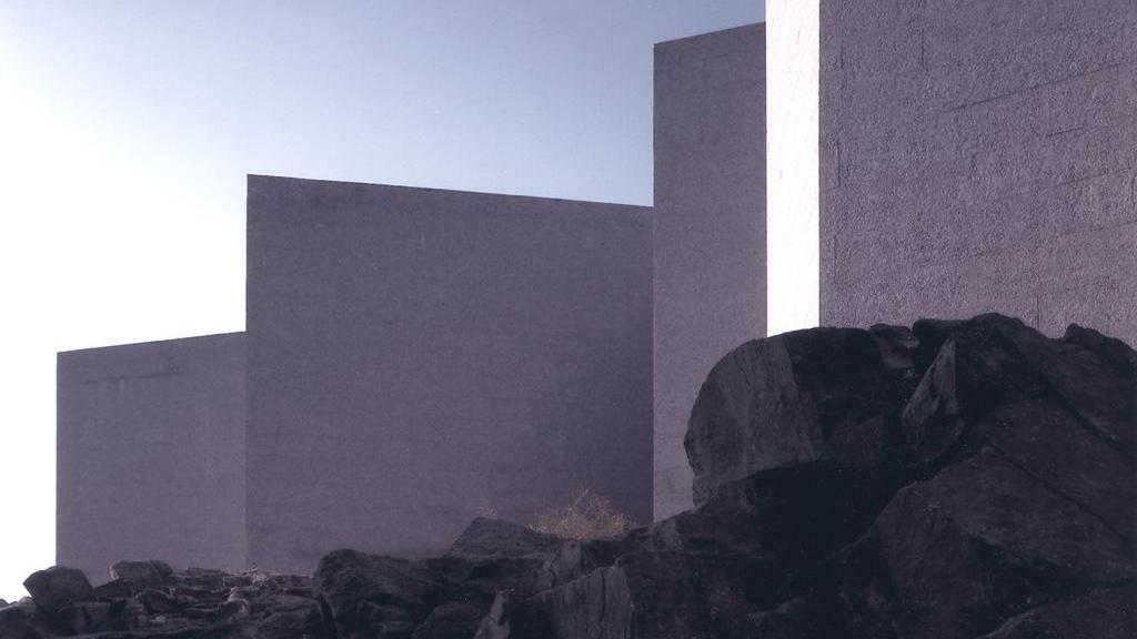 ... an der Basis in streng geometrischen Formen auf den Felsen am Meer gebaut.