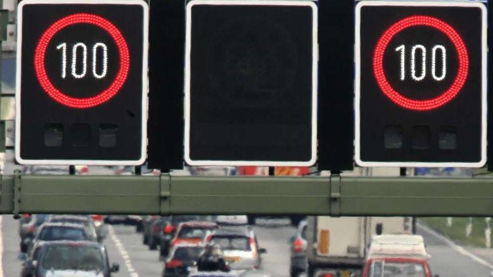 Eine digitale Schilderbrücke zeigt bei starkem Verkehr ein Tempolimit an.