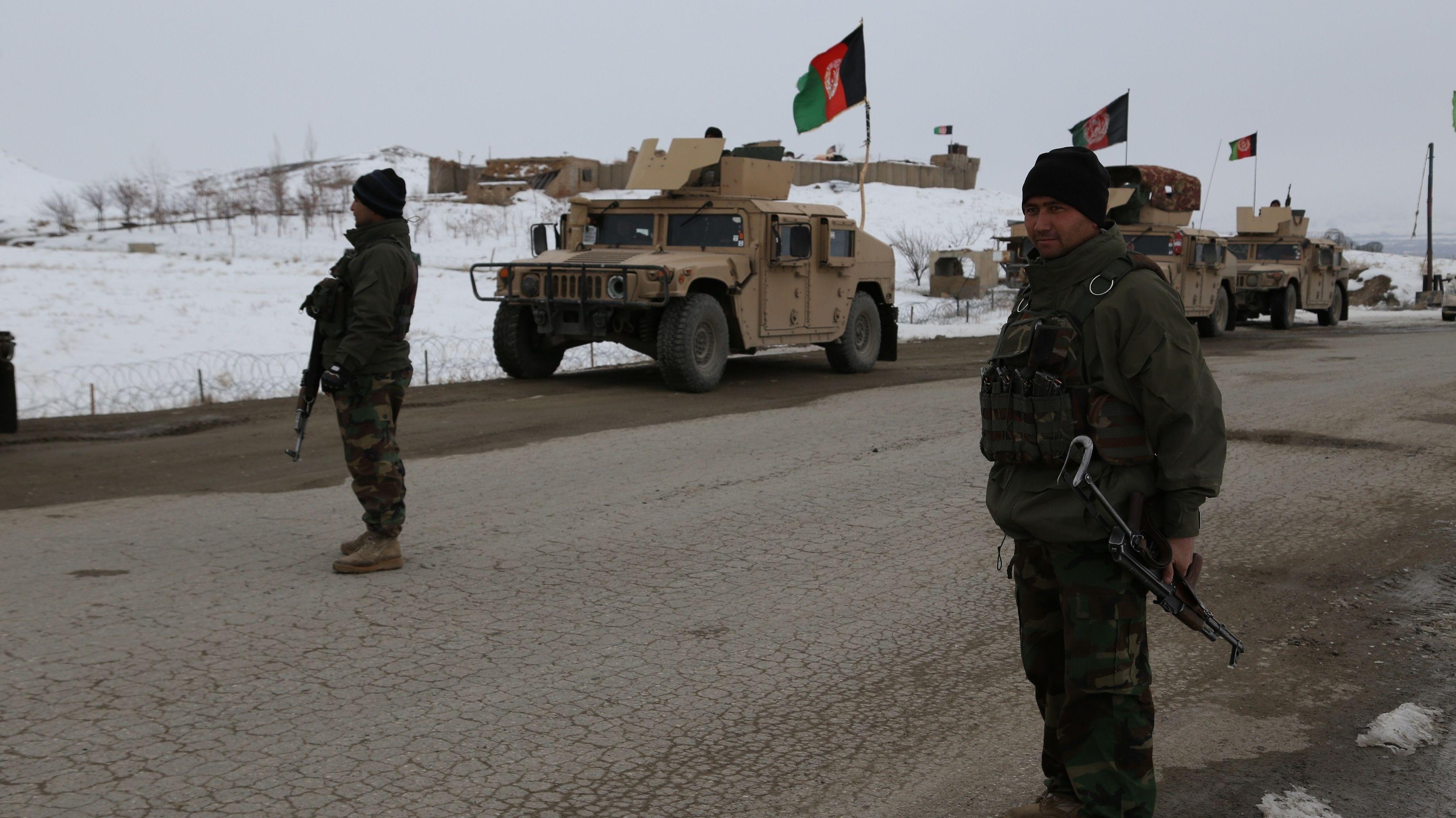 Afghanische Soldaten riegeln Absturzstelle ab