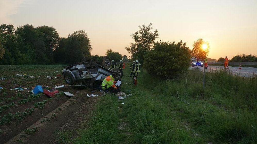 Zertrümmertes Autowrack nach Überschlag im Straßengraben an der A92