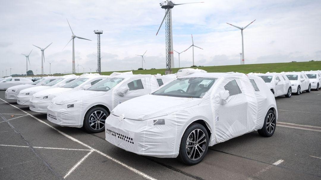 Autos von Volkswagen stehen für den Export in Schutzhüllen am Hafen.