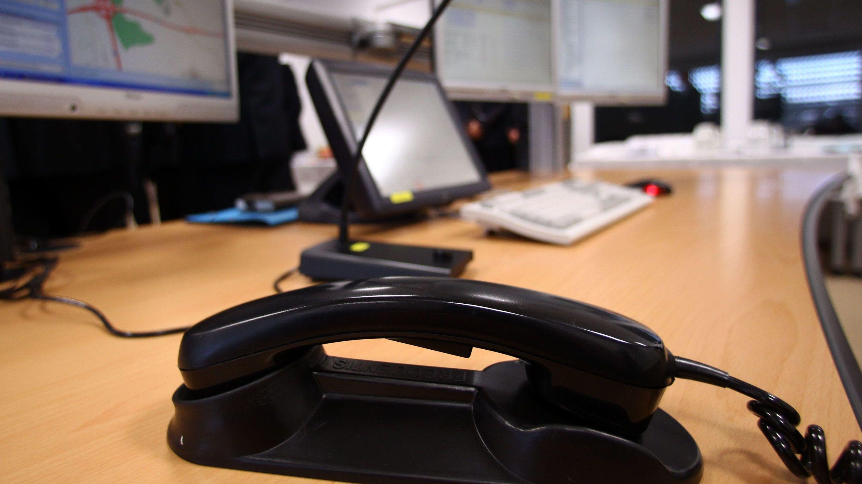 Ein Telefon in einer Polizeidienststelle