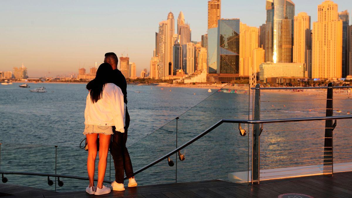 Ein Pärchen vor der Skyline von Dubai.