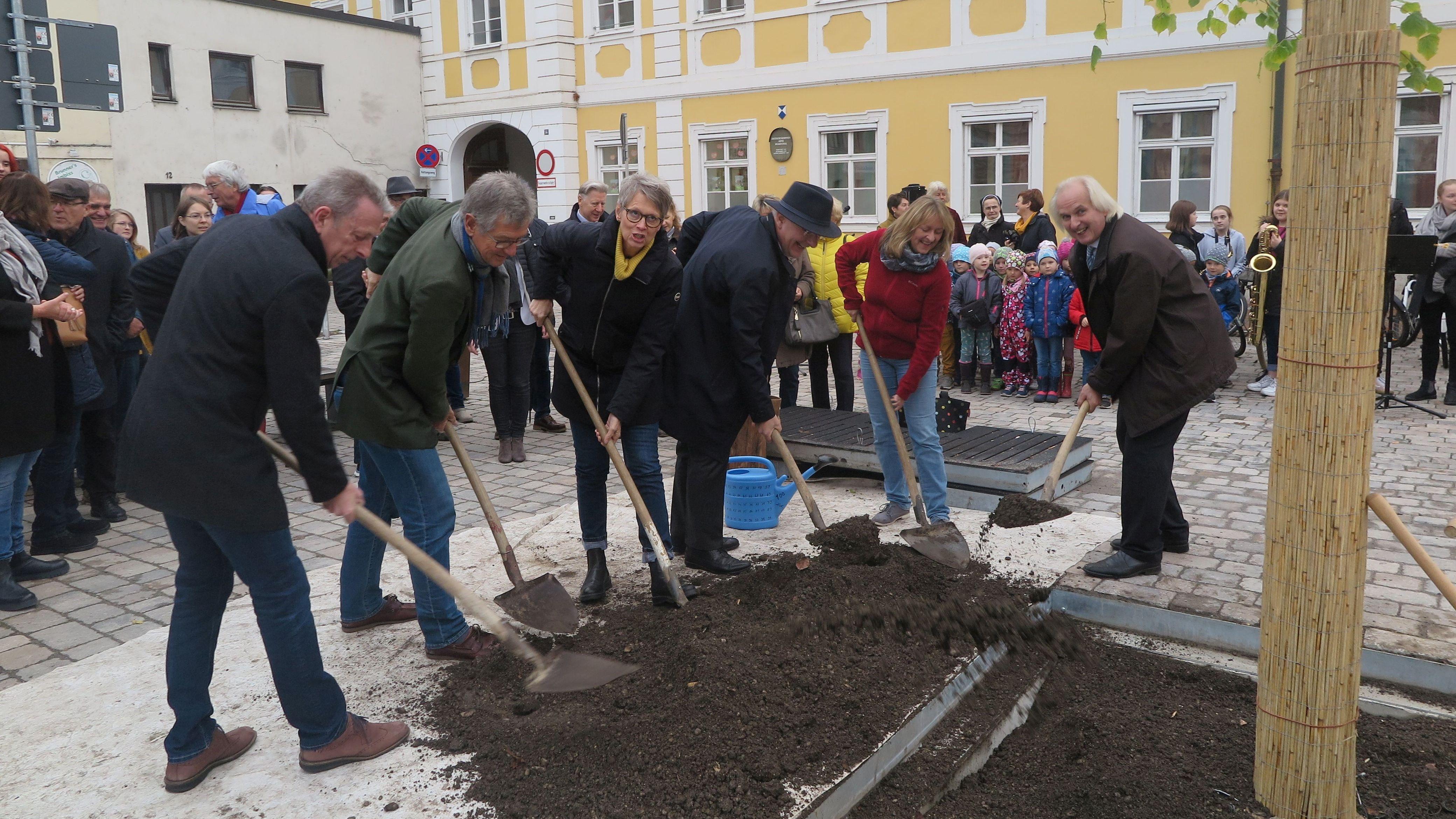 OB Alexander Putz beim Baumpflanzen (3.v.r.). In seiner Rede beschrieb er den schweren Weg bis zur Pflanzung. Nicht alle Stadträte waren dafür.