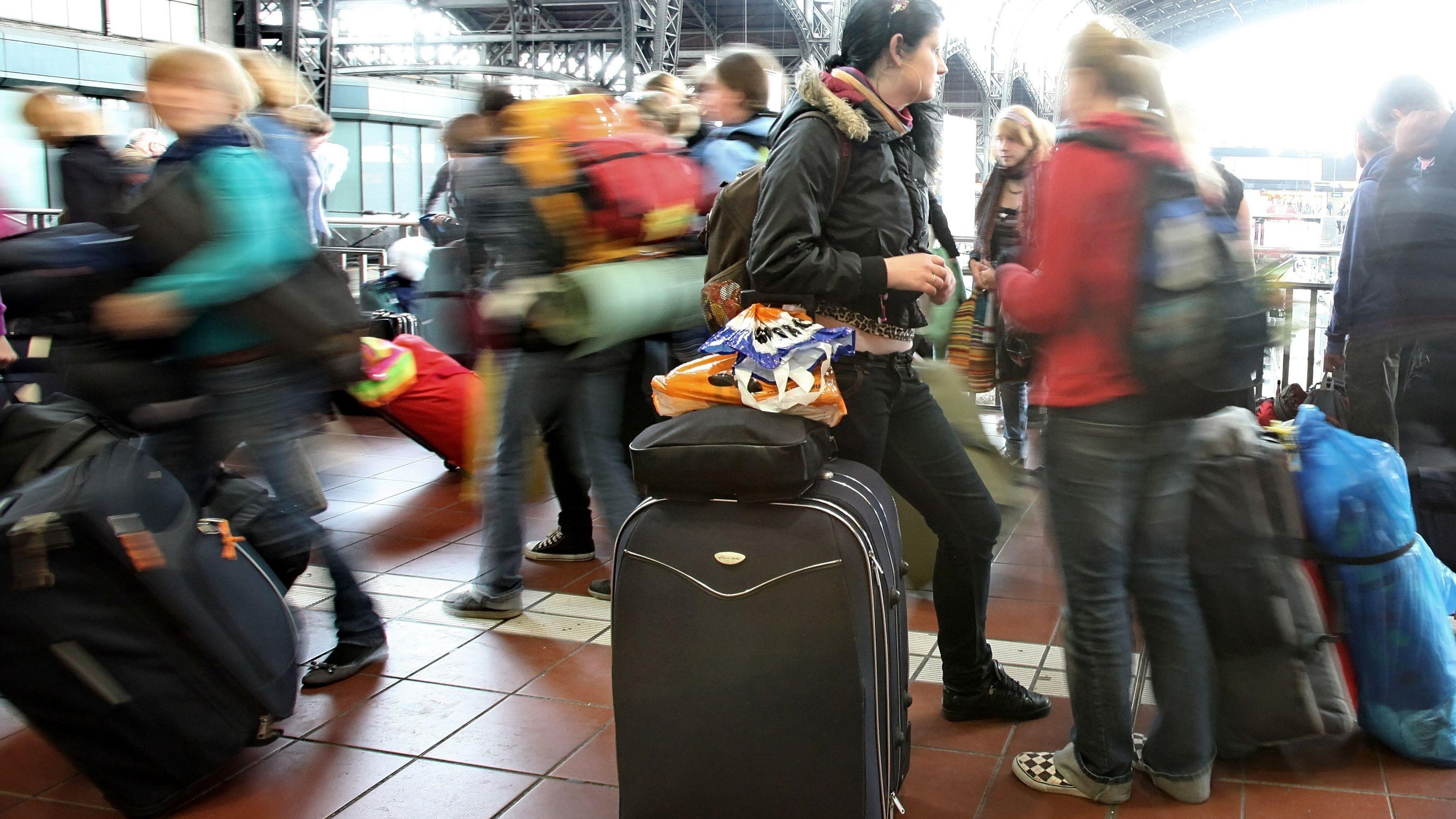 Jugendliche unterwegs mit Koffern