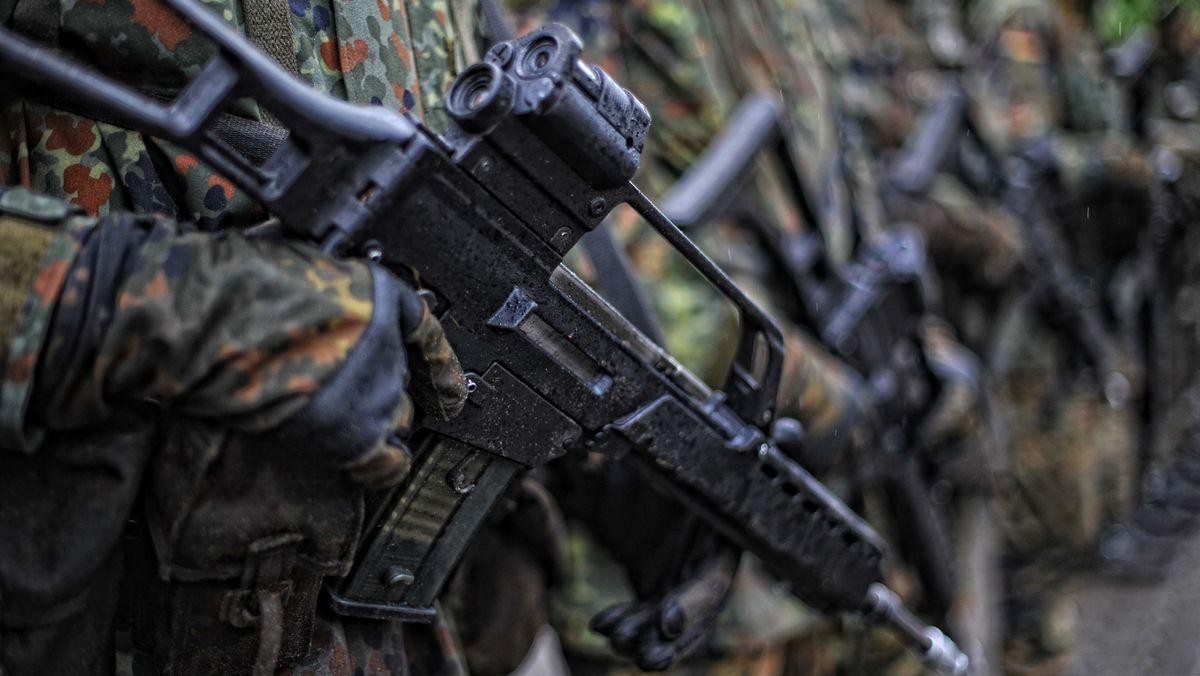 Bundeswehrsoldaten mit Waffen.