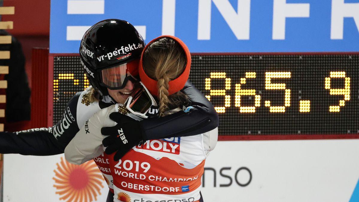 Anna Rupprecht (r) und Katharina Althaus aus Deutschland umarmen sich.