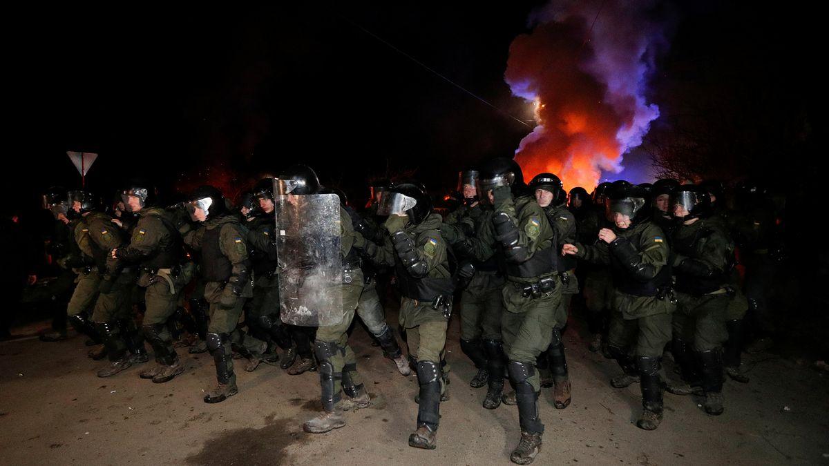 Hunderte von Sicherheitskräften gehen gegen Demonstranten vor, die verhindern wollen, dass Evakuierte aus Wuhan in die Ukraine einreisen.