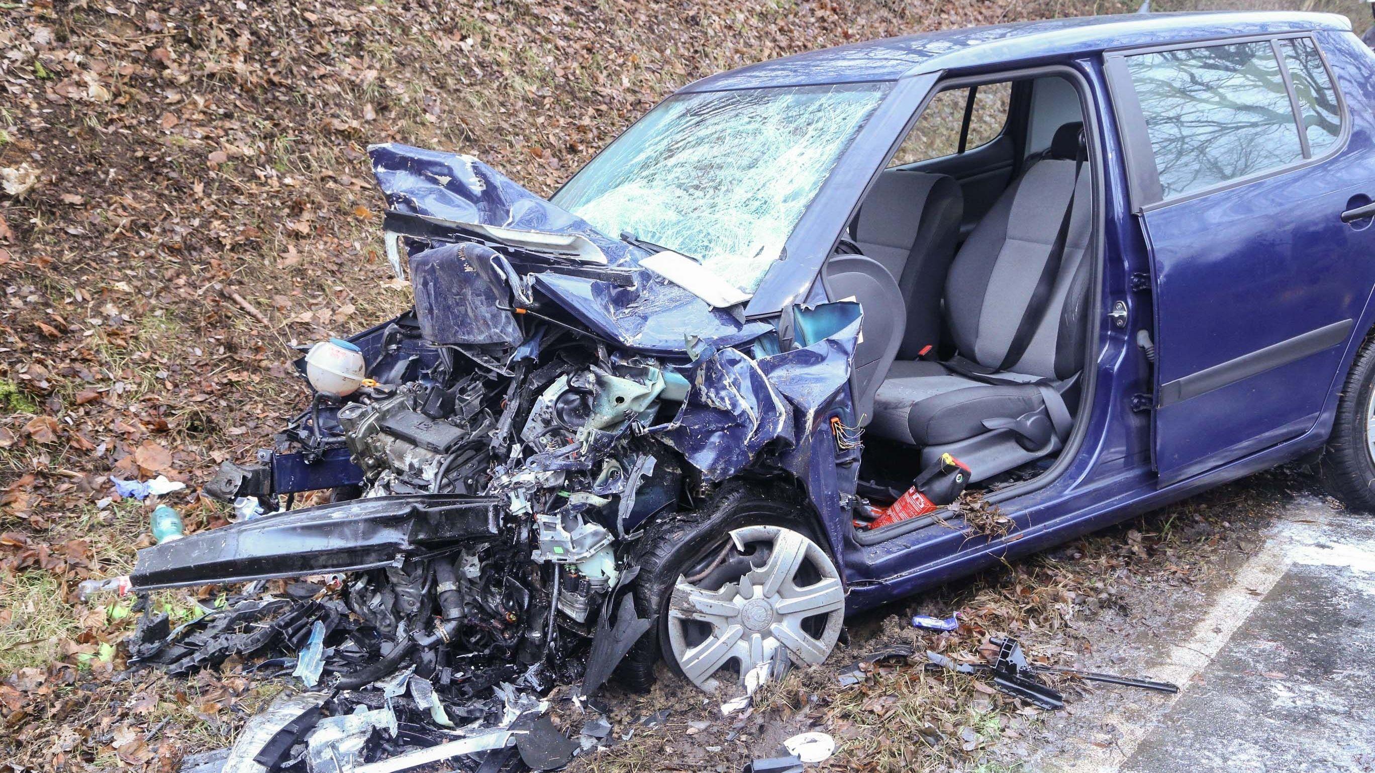 Die Fahrerin dieses Wagens war eingeklemmt und musste durch die  Feuerwehr aus dem Fahrzeug geborgen werden.