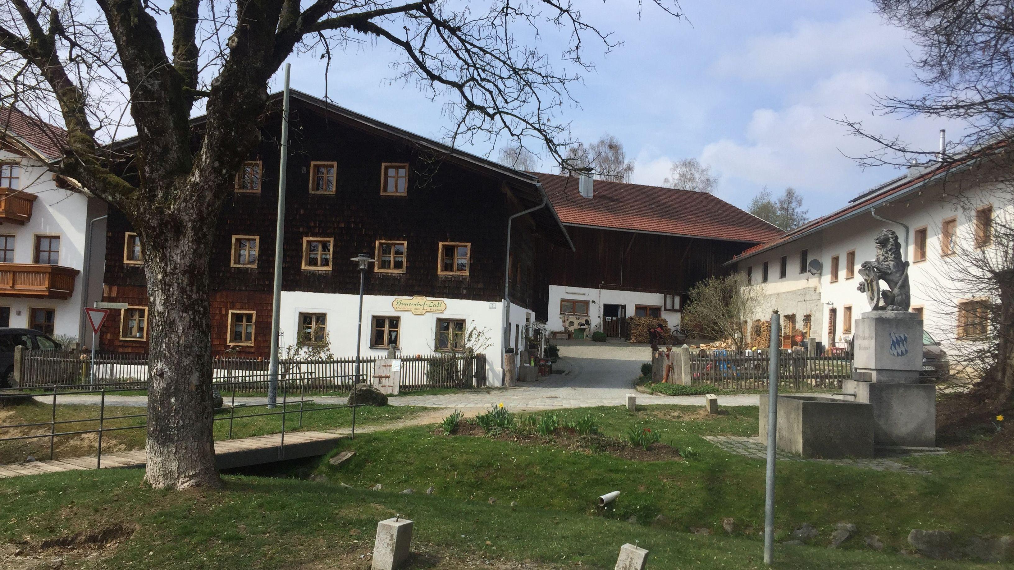 Das Familien-Anwesen auf dem Dorfplatz in Arnbruck
