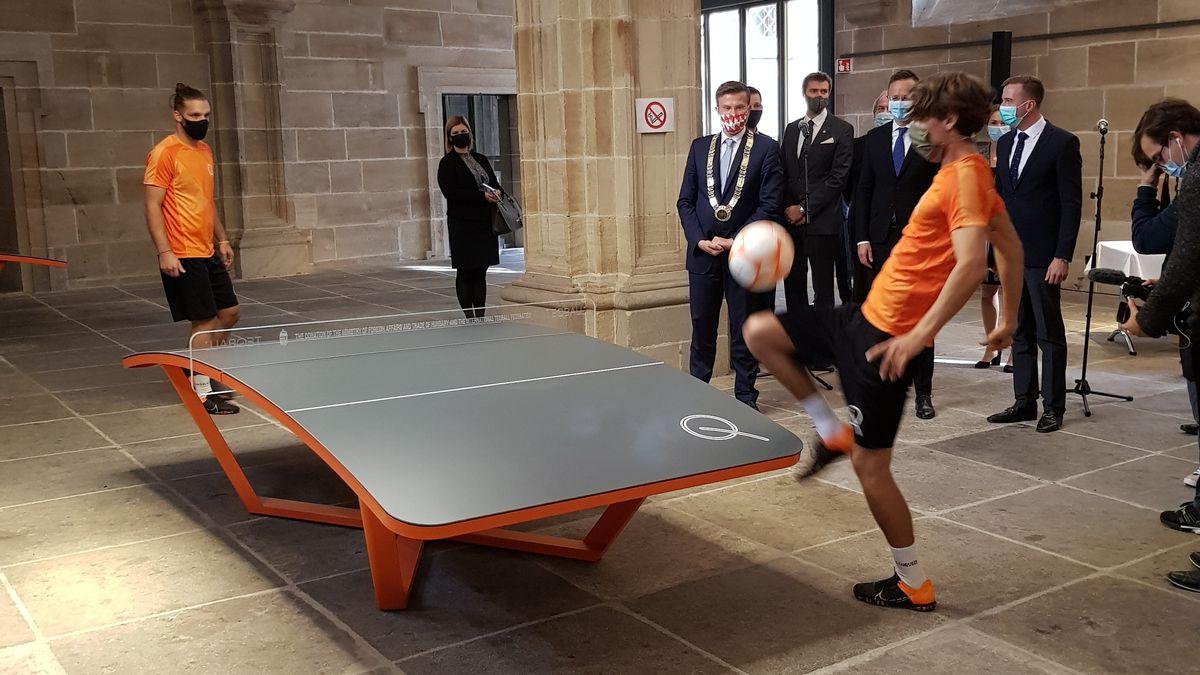 Zwei junge Männer spielen im Nürnberger Rathaus an einem Teqball-Tisch