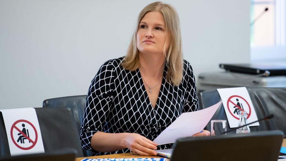 AfD-Fraktionschefin Ebner-Steiner, hat in einem Brief an alle bayerischen Landräte, Stimmung gegen die Maskenpflicht für Grundschüler gemacht.
