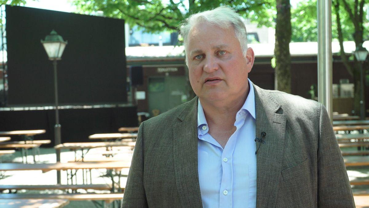 Nockherberg-Wirt Christian Schottenhamel in seinem Biergarten vor einer Video- Leinwand