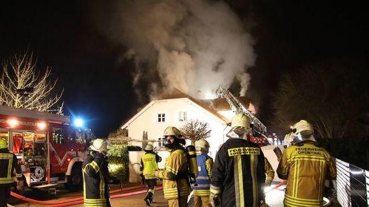 Einfamilienhaus in Tegernheim steht in Flammen.