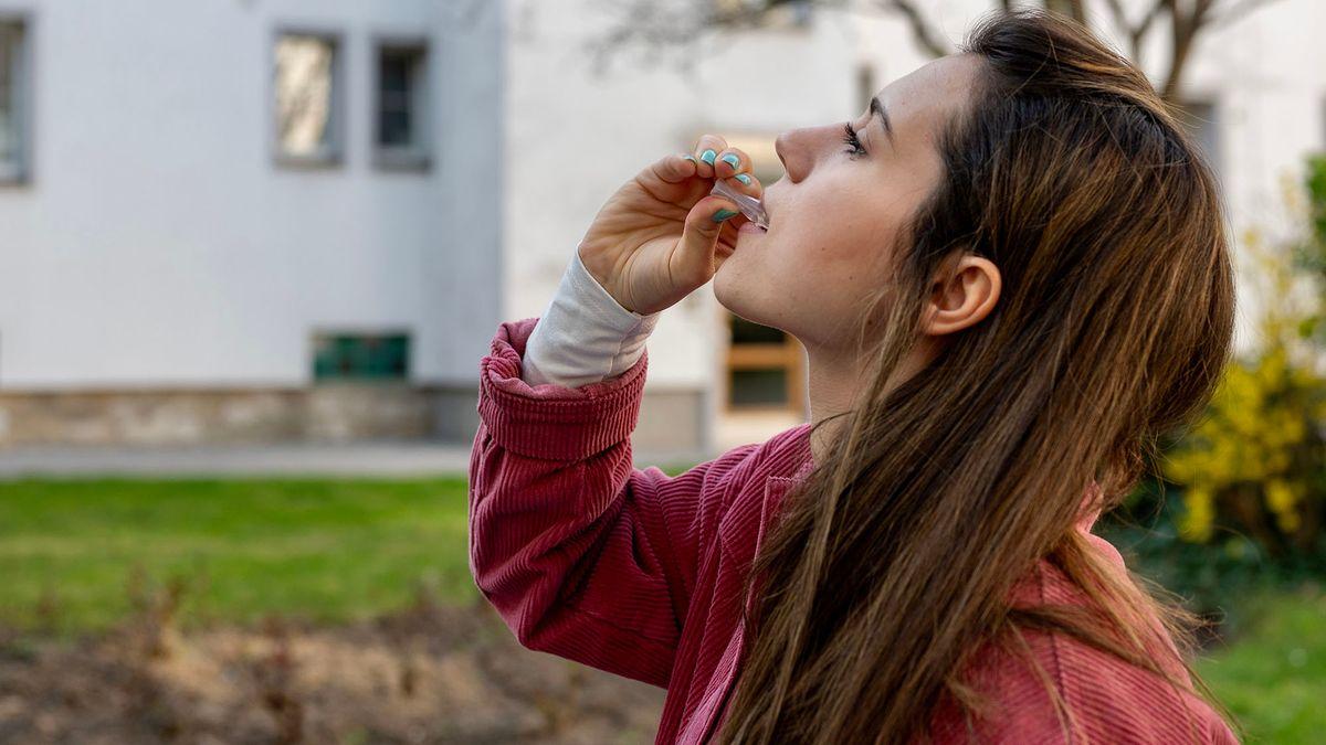 Emilia Markovic muss die Kochsalzlösung mindestens 60 Sekunden gurgeln oder im Mund spülen.