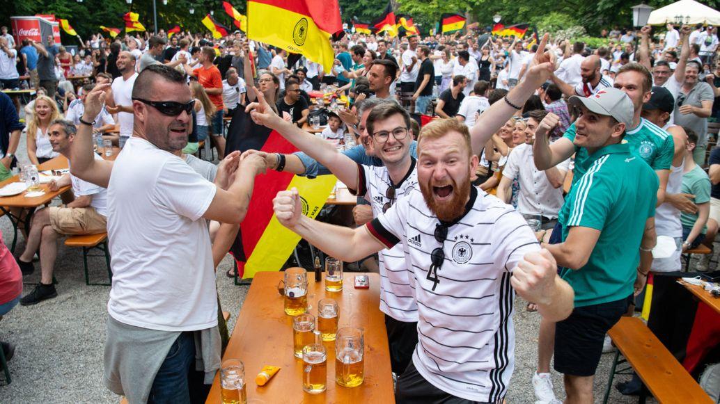 Fußballfans beim Feiern im Biergarten