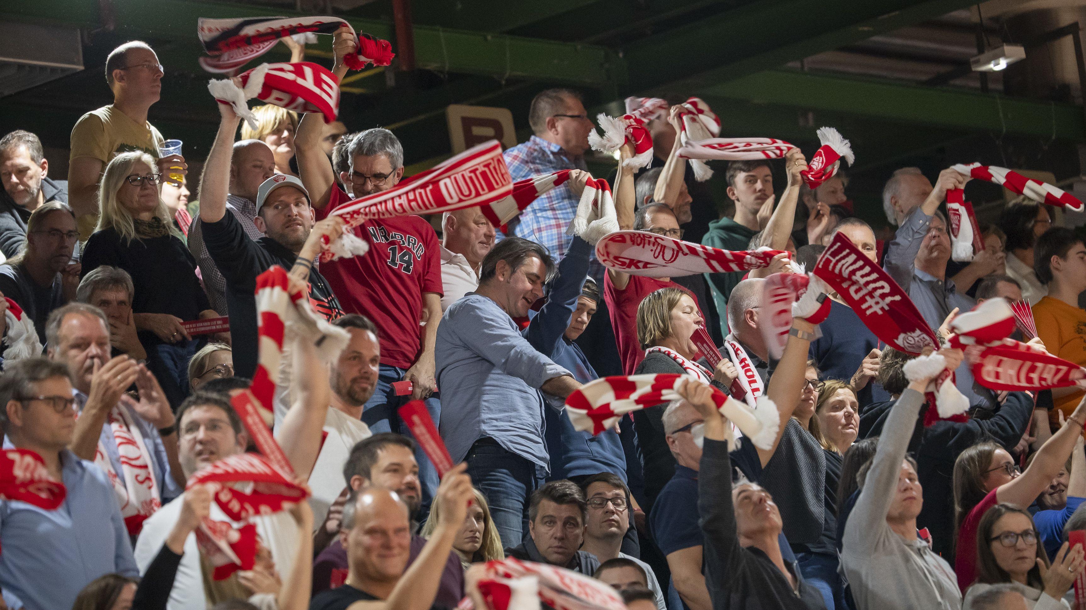 Die s.Oliver Baskets Fans freuen sich über den Sieg